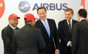 La compagnie malaisienne à bas coûts AirAsia a passé commande de 100 moyen-courriers Airbus A320 au prix catalogue de 9,3 milliards de dollars, dont 64 A320 Neo, le futur modèle à consommation réduite, a annoncé jeudi l'avionneur européen.
