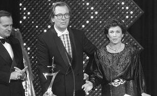 Jean Lanzi (au centre), entouré de Philippe Labro et d'Anne Sinclair lors d'une cérémonie des «7 d'or» en octobre 1985.