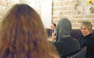Sofia (de dos) et Latifa Bennari, de l'Ange Bleu (à dr.), lors d'un groupe de parole.