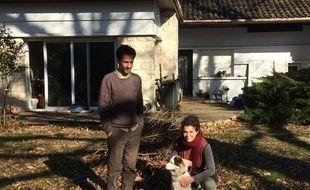 Alex et Maeva devant la maison squattée par Alex à Pessac.