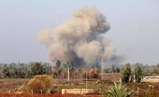 De la fumée s'élève au nord de Bagdad alors que les forces irakiennes combattent des jihadistes de l'EI le 2 janvier 2015