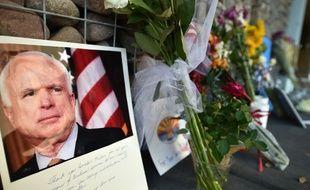 Un mémorial dédié au sénateur américain devant son bureau de Phoenix, le 26 août 2018.