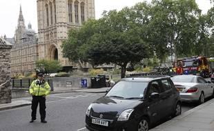 Un officier de police à Londres, devant le Parlement britannique où une voiture a foncé sur la foule mardi 14 août 2018.