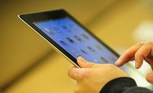"""Près de trois foyers français sur quatre sont équipés d'au moins un ordinateur et lorgnent de plus en plus sur les tablettes multimédia, illustrant une tendance au """"multi-équipement"""" qui se développe au sein des familles, selon une étude Médiamétrie et GfK publiée jeudi."""