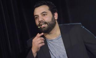 L'humoriste Yassine Belattar lors d'une représentation au Théâtre de Dix Heures, à Paris, en mai 2016.