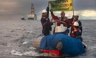 Photo réalisée par l'association Greenpeace montrant ses membres manifester contre le navire d'exploration pétrolière au large des Canaries, le 15 novembre 2014