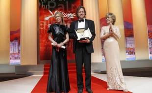 Les producteurs Bill Pohlad et Dede Gardner recevant des mains de l'actrice Jane Fonda (à droite) la Palme d'Or du 64e Festival de Cannes remise à «The Tree of Life». Le réalisateur Terrence Malick, maladivement timide, n'est pas venu la chercher. Cannes, le 22 mai 2011