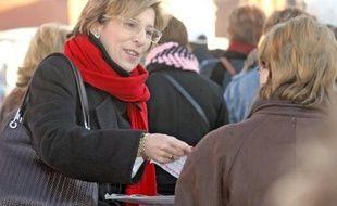 """La sénatrice socialiste Marie-Noëlle Lienemann a qualifié vendredi Nicolas Sarkozy de """"Super Menteur"""" après des propos tenus jeudi par le chef de l'Etat devant des responsables des Restos du Coeur en banlieue parisienne sur les logements sociaux."""