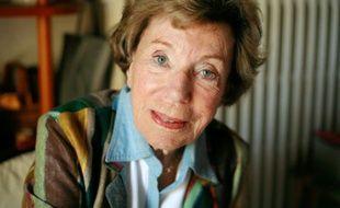 La journaliste et écrivaine Benoîte Groult pose le 07 avril 2007 à son domicile à Hyères