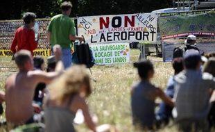 Des personnes assistent à un festival de musique sur le site du projet controversé d'aéroport à Notre-Dame-des-Landes, le 3 août 2013