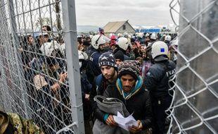 Des migrants attendent à la frontière entre la Grèce et la Macédoine près de la ville de Gevgelija le 4 décembre 2015