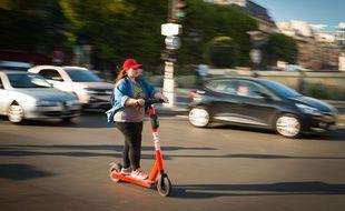 Une utilisatrice de trottinette électrique à Paris. (Illustration)