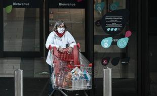 A la sortie d'un supermarché, à Bordeaux, le 27 octobre 2020.