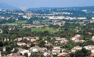 A Aubagne, les terres agricoles (au centre) sont encerclées par les zones commerciales et les habitations.