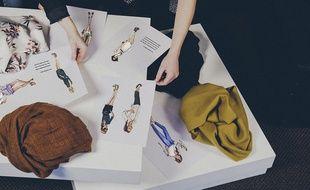 Les modèles imaginés par les consommateurs et les marques sont ensuite vendus en ligne. La boutonnière
