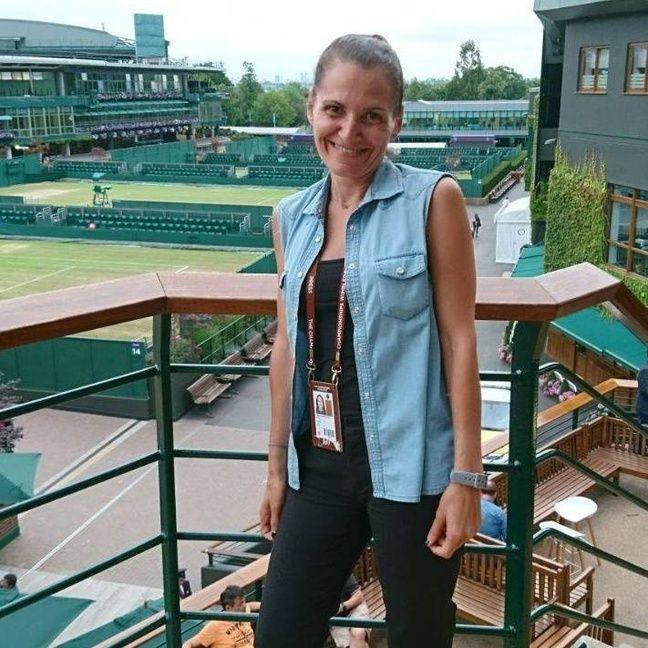 Vicky Georgatou, rare journaliste grecque spécialiste de ce sport, écume la planète tennis, comme ici à Wimbledon.
