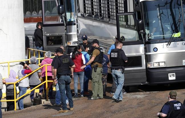 Des travailleuses menottées sont extortées vers le bus qui les emmènera dans des centres de détention. Usine Koch Foods, Morton, le 7 août 2019