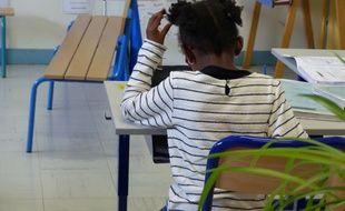 Une élève de  l'école Marcel Cachin d'Orly, qui possède 4 classes de CP dédoublés.