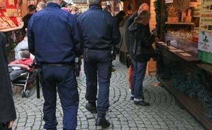 Illustration. La police dans les rues de Strasbourg pendant le marché de Noël.