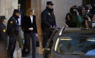"""Pendant plus de six heures, Cristina de Bourbon, fille du roi d'Espagne, haut cadre dans une fondation bancaire, a répondu samedi à la justice en affirmant qu'elle ignorait les agissements de son époux: une """"stratégie de l'amour"""" qui risque d'avoir peine à convaincre."""