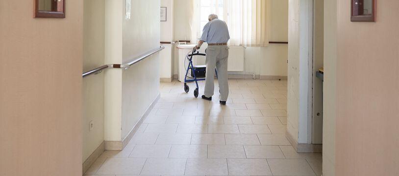 Le Sénat a adopté mardi 12 octobre 2021 en première lecture une proposition de loi inspirée par la crise sanitaire, visant à instaurer un droit de visite pour les malades et personnes âgées ou handicapées en établissement.