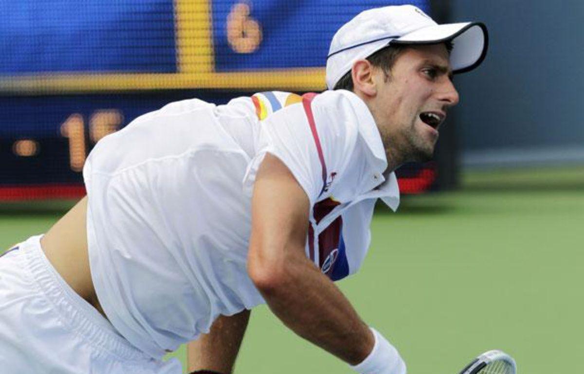 Novak Djokovic au service en finale du tournoi de Cincinnati contre Andy Murray, le 21 aout 2011. – REUTERS/John Sommers II