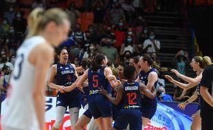 Les joueuses serbes célèbrent leur victoire contre la France en finale de l'Eurobasket le 27 juin 2021 à Valence (Espagne). (Photo by Jose Jordan / AFP)