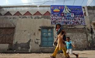 """Lorsque j'ai appris qu'une chrétienne avait brûlé le Coran dans la capitale, j'ai pensé que les musulmans allaient nous attaquer à nouveau"""", lance Rafia Margaret, en larmes et toujours les nerfs à vif trois ans après les violences meurtrières à Gojra, sa ville de l'est du Pakistan."""