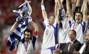 Le capitaine de la sélection de Grèce, Theodoros Zagorakis, soulevant le trophée de l'Euro 2004, remporté en finale aux dépens du Portugal, à Lisbonne, le 4 juillet 2004.