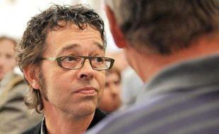 Le médecin urgentiste bayonnais Nicolas Bonnemaison parle avec des collègues venus le soutenir, alors qu'il quitte le 13 septembre 2011 le palais de justice de Pau
