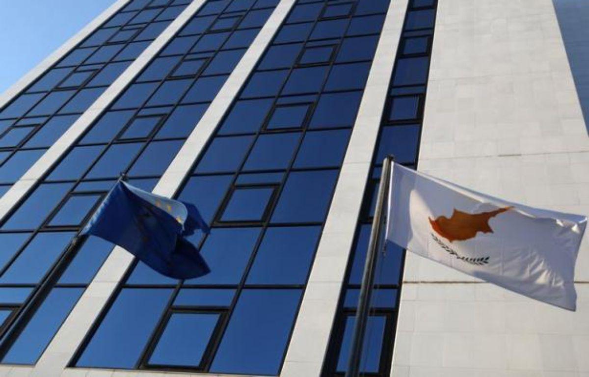 La République de Chypre doit prendre le 1er juillet la présidence semestrielle de l'Union européenne mais la petite île méditerranéenne, toujours divisée entre une partie grecque et une autre turque, est en pleine tourmente économique. – Patrick Baz afp.com