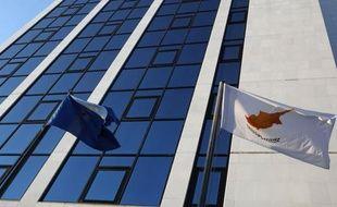 La République de Chypre doit prendre le 1er juillet la présidence semestrielle de l'Union européenne mais la petite île méditerranéenne, toujours divisée entre une partie grecque et une autre turque, est en pleine tourmente économique.