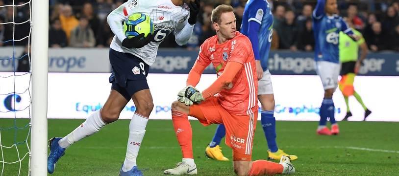 Matz Sels dépité après l'égalisation lilloise de Gabriel Silva. Le gardien strasbourgeois a ensuite concédé un deuxième but...