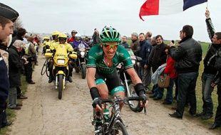 Le français Sébastien Turgot (Europcar) passe sur le secteur pavé de l'Arbre lors du 110e Paris-Roubaix, le 8 avril 2012.