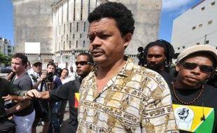 """Le leader du collectif LKP Elie Domota a qualifié dimanche de """"véritable usine à gaz"""" la proposition des médiateurs pour parvenir à une hausse proche de 200 euros pour les bas salaires en Guadeloupe."""