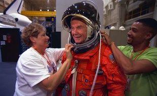 John Glenn, lors d'une séance d'entraînement avant son départ pour l'espace le 29 octobre 1998