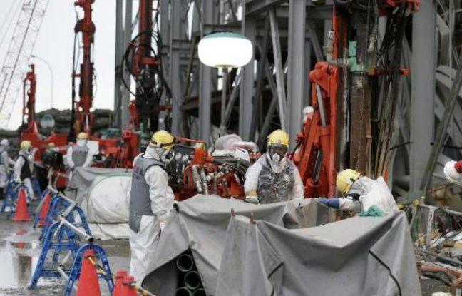 Des techniciens travaillent à la centrale accidentée de Fukushima Daiichi, le 9 juillet 2014, à Okuma