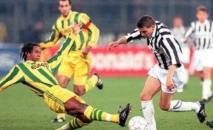 Le Nantais Capron face au milieu de terrain de la Juventus Del Piero.