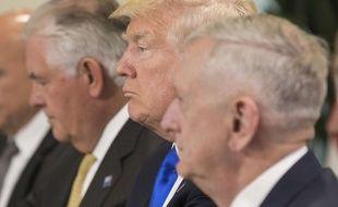 Donald Trump entouré de ses ministres Rex Tillerson et Jim Mattis, à Bruxelles le 25 mai 2017.