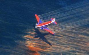 Un avion qui largue du dispersant dans le Golfe du Mexique, pour lutter contre la marée noire, le 5 mai 2010.
