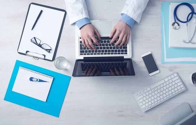 Illustration d'un médecin derrière son ordinateur.