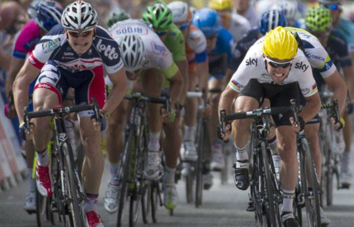 André greipel (à gauche) et Mark Cavendish (à droite) se disputent le sprint de la 2e étape du Tour de France, le 2 juillet 2012, àTournai. – AFP PHOTO / PASCAL PAVANI