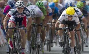 André greipel (à gauche) et Mark Cavendish (à droite) se disputent le sprint de la 2e étape du Tour de France, le 2 juillet 2012, àTournai.