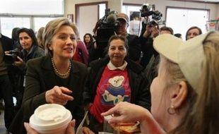 L'ex-Première dame Hillary Clinton s'est démenée mardi pour appeler les électeurs du New Hampshire à la soutenir dans sa course contre Barack Obama pour la Maison Blanche, tandis qu'un redoux hivernal laissait espérer une forte participation dans les bureaux de vote.
