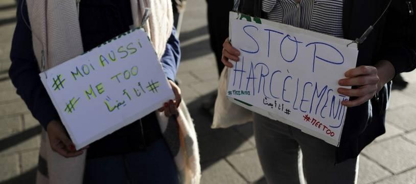 Deux femmes manifestent à Marseille contre le harcèlement et les violences sexuelles, le 29 octobre 2017.