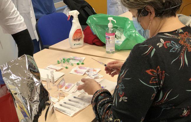 A l'hôpital Saint-Joseph, à Paris, mercredi 6 janvier 2021, certains soignants de plus de 50 ans se sont faits vacciner.