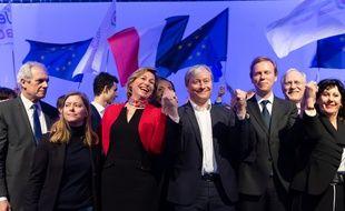 Laurent Henart (au centre avec la chemise blanche) au congrès du mouvement radical, samedi 9 mars.