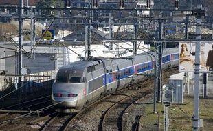 Un TGV rejoint la gare de Nantes.