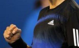 Le Serbe Novak Djokovic s'est qualifié pour la finale de l'Open d'Australie en battant le Suisse Roger Federer en trois sets 7-5, 6-3, 7-6 (7/5), vendredi à Melbourne, et rencontrera le Français Jo-Wilfried Tsonga dimanche en finale.