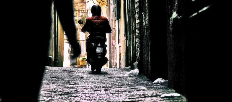 Un homme à scooter. Illustration